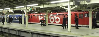 横浜駅のレインボー塗装EF65